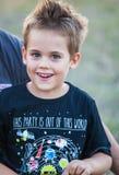5-ти летний мальчик внешний Стоковые Фотографии RF