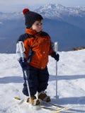 3-ти летний ребенок на снеге учит кататься на лыжах Стоковое фото RF