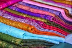 Ткани для продажи, покрашенная ткань Лаос стоковые изображения rf