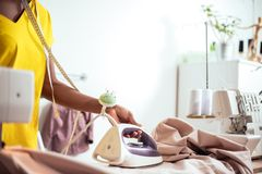 Ткань африканской белошвейки женщины утюжа Стоковые Фотографии RF
