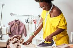 Ткань африканской белошвейки женщины утюжа Стоковая Фотография RF