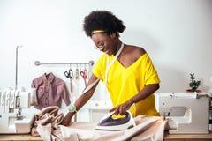 Ткань африканской белошвейки женщины утюжа Стоковая Фотография