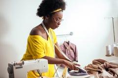 Ткань африканской белошвейки женщины утюжа Стоковые Фото