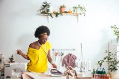 Ткань африканской белошвейки женщины утюжа Стоковое фото RF