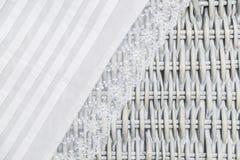 Ткань белого шнурка handmade на плетеной деревянной предпосылке Стоковые Изображения RF