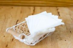 Ткань белой бумаги в белые коробки сделанные из провода на деревянной плате Стоковые Фотографии RF