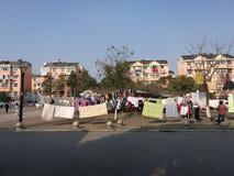 Ткань будучи посвеченным в солнечном дне внутри блок улицы Стоковое Изображение RF