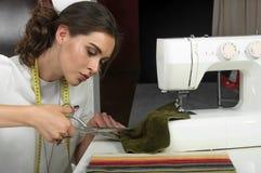 Ткань вырезывания белошвейки девушки с ножницами Стоковые Изображения