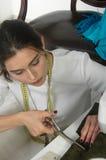 Ткань вырезывания белошвейки девушки с ножницами Стоковая Фотография RF