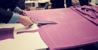 Ткань вырезывания портноя для bespoke костюм Стоковые Фото