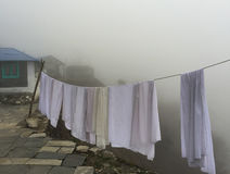 Ткань в тумане, горное село засыхания белая Стоковые Фотографии RF
