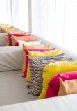 Ткань декоративной удобной подушки естественная, с пестроткаными подушками Стоковая Фотография RF