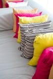 Ткань декоративной удобной подушки естественная, с пестроткаными подушками Стоковые Фото