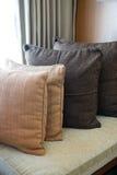 Ткань декоративной удобной подушки естественная Стоковые Фото