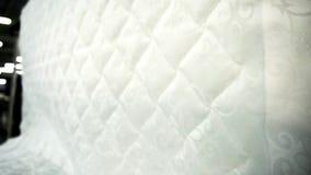 Ткань жаккарда для тюфяков драпирования в фабрике мебели внутри помещения видеоматериал
