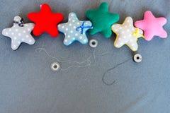 Ткань играет главные роли в ручной работе и потоках точек польки на серой ткани Стоковые Фотографии RF