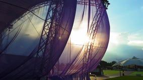 Ткань порхая в заходе солнца акции видеоматериалы