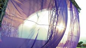Ткань порхая в заходе солнца видеоматериал