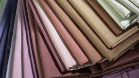 Ткань сложила других цветов штабелированная как вентилятор стоковые изображения