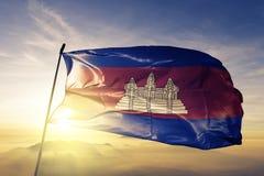 Ткань ткани ткани национального флага Камбоджи развевая на верхней части иллюстрация штока