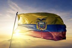 Ткань ткани ткани национального флага эквадора развевая на верхней части иллюстрация штока