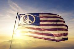 Ткань ткани ткани флага мира США развевая на верхнем тумане тумана восхода солнца иллюстрация вектора