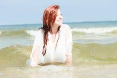 Ткань чувственной девушки влажная в воде на побережье Стоковое фото RF