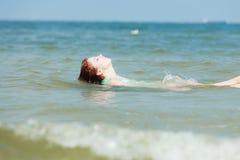 Ткань чувственной девушки влажная в воде на побережье Стоковые Фотографии RF