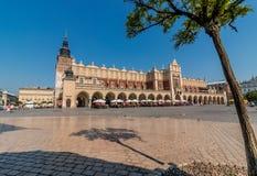 Ткань Hall (Sukiennice) - главным образом рынок Квадрат-Cracow, Польша стоковые изображения
