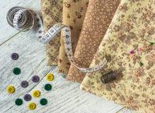 Ткань, tapeline, кольцо, кнопки, штыри лежит на таблице бесплатная иллюстрация