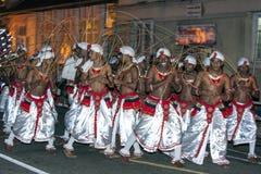 Ткачи Ratten принимают пролом от их ядреного представления во время Esala Perahara в Канди, Шри-Ланки Стоковое Изображение