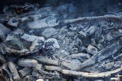 Тлеющие угли дыма, который нужно зажарить на улице стоковые изображения rf