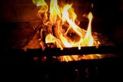 Тлея золы костра Пламя огня в барбекю кирпича Стоковые Фотографии RF