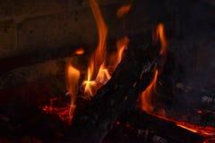 Тлея золы костра Пламя огня в барбекю кирпича Стоковая Фотография RF