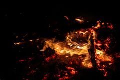 Тлея угли на черной предпосылке Стоковое фото RF