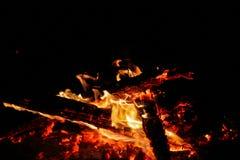 Тлея угли на черной предпосылке Стоковые Фото