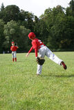2 товарища по команде бейсбола нагревая для игры Стоковые Фото