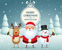 Товарищи, Санта Клаус, снеговик и северный олень рождества с шампанским на покрытой снег предпосылке с рождественскими елками иллюстрация штока