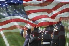 Товарищи солдата и ветерана упаденные салютом Стоковые Изображения RF