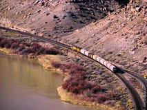 Товарный состав в каньоне вдоль реки стоковое фото rf
