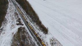 Товарный состав на железной дороге в зиме Бензин, топливные баки Воздушная съемка акции видеоматериалы