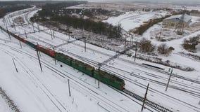 Товарный состав на железной дороге в зиме Бензин, топливные баки Воздушная съемка сток-видео