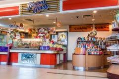 Товары в магазине в аэропорте стоковые фото