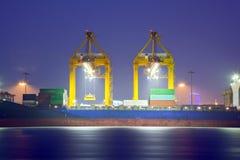 товары контейнера нагружая корабль к Стоковые Фото