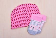 Товары младенца Блузка младенца и pijama слайдеров брюк на зажимке для белья на веревочке на деревянном Стоковые Фотографии RF