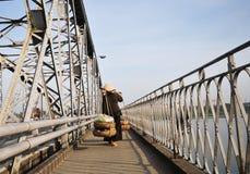 Товары нося женщины на мосте в оттенке, Вьетнаме Стоковые Изображения RF