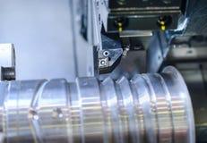 Токарный станок резца во время обрабатывать вала металла стоковые изображения rf