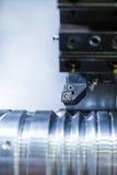 Токарный станок резца во время обрабатывать вырезывания металла стоковое изображение