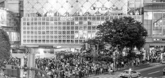 ТОКИО - 1-ОЕ ИЮНЯ 2016: Скрещивание Shibuya на сумраке с туристами Sh Стоковое Изображение RF