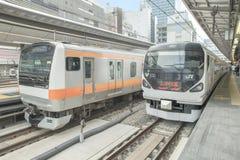 ТОКИО - 17-ОЕ МАЯ: Пригородный поезд на железнодорожном вокзале токио в токио 17-ое мая 2015, Японии Стоковая Фотография RF